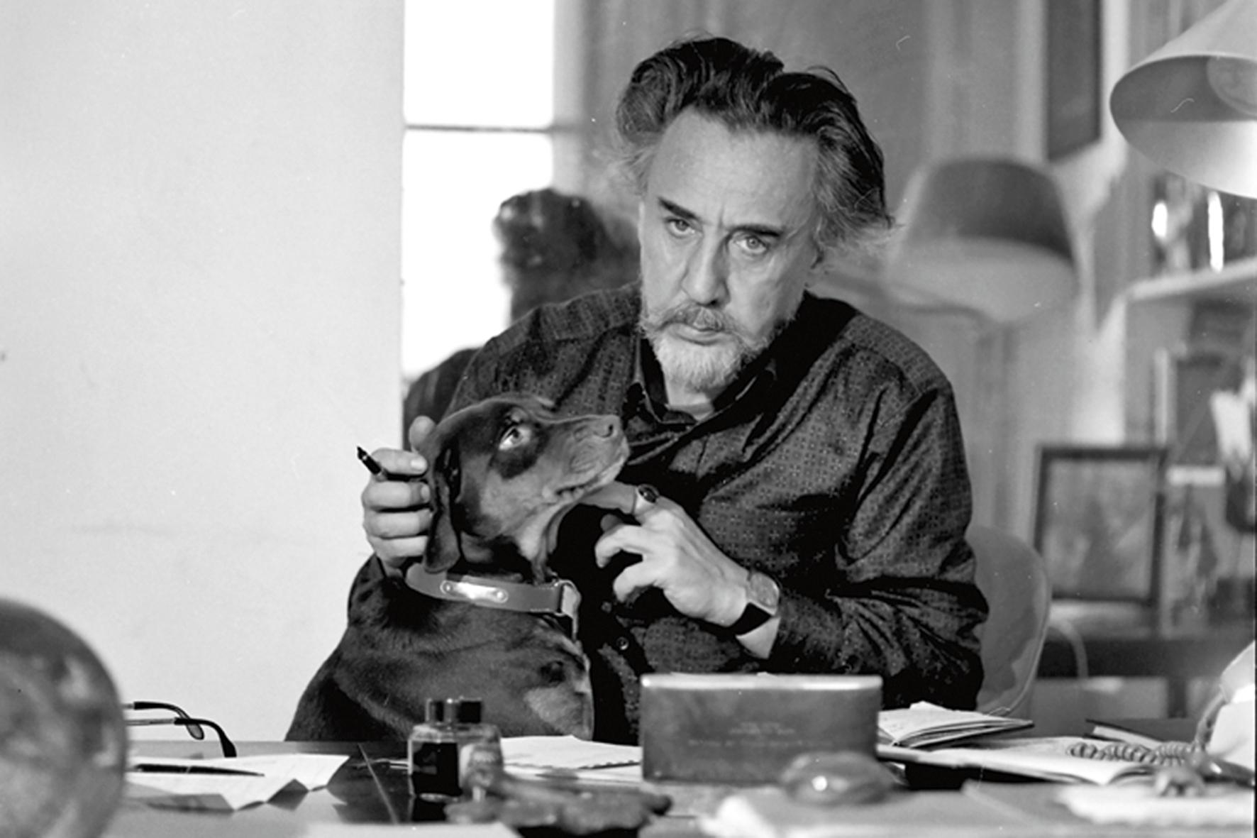 Romain Gary à son bureau rue du Bac à Paris, avec le chien Pancho, en 1971
