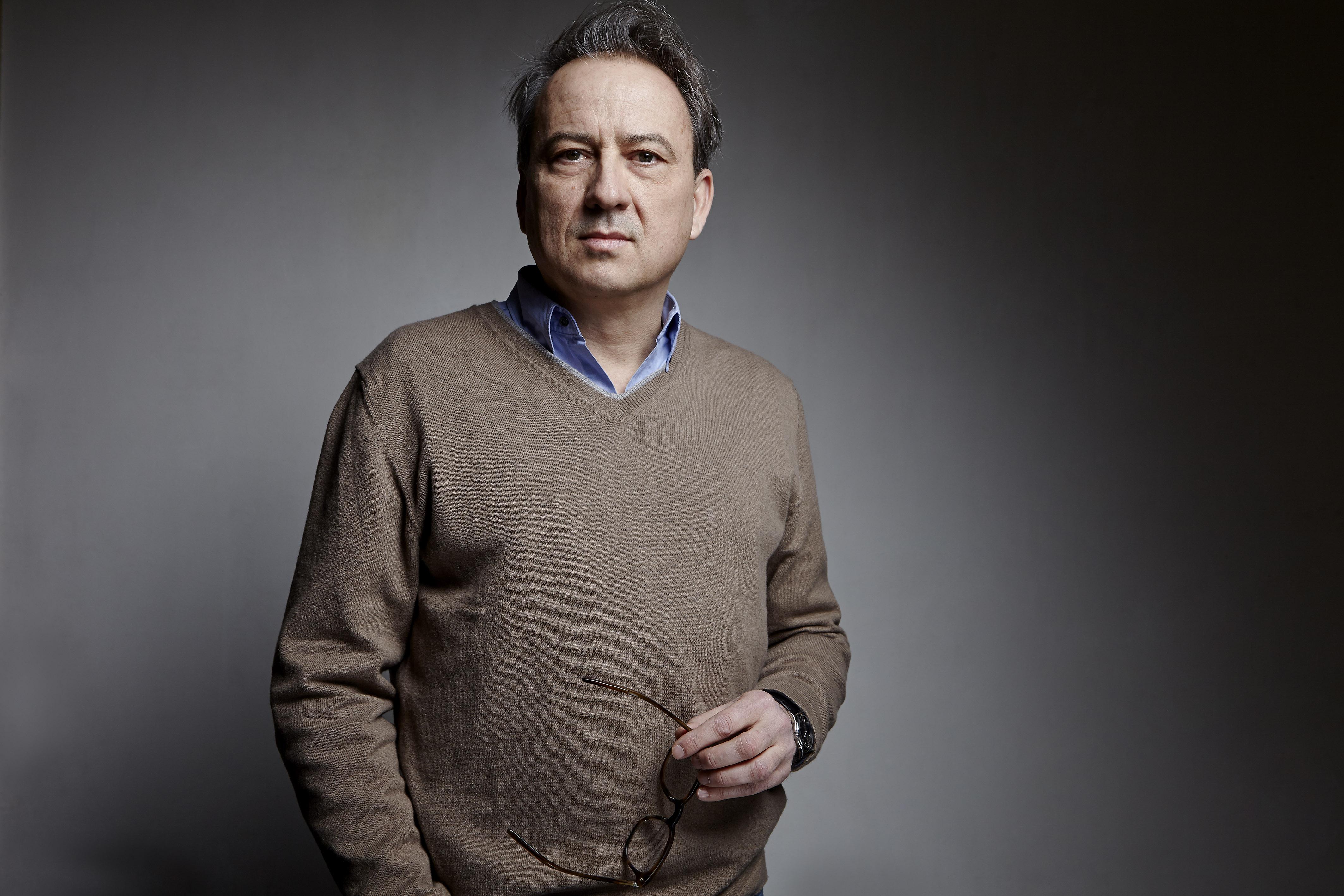 PORTRAIT DE JEAN-LUC COATALEM, ÉCRIVAIN ET RÉDACTEUR EN CHEF ADJOINT DU MAGAZINE GÉO, RÉALISÉ DANS SON BUREAU DE PARIS LE SAMEDI 7 JANVIER 2015.